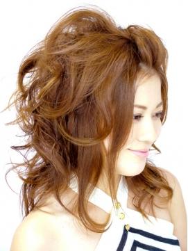 エアリーな毛束感でふんわりかわいさアップのスタイル